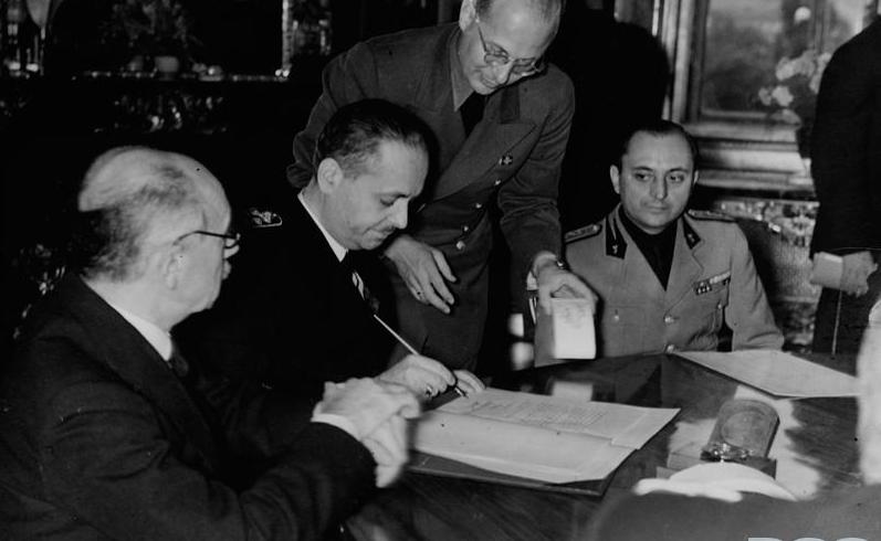 Министр иностранных дел Венгрии Иштван Чаки подписывает соглашения по решению Второго арбитража в Вене.