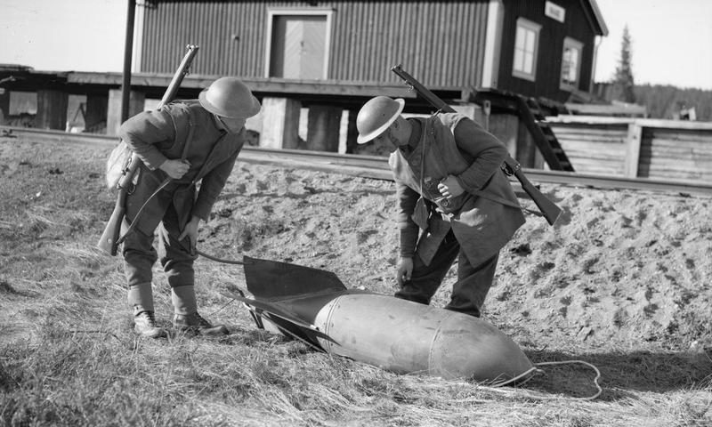 Британцы рассматривают неразорвавшуюся немецкую авиабомбу.