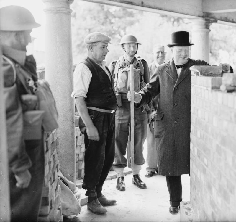 Уинстон Черчилль на строительстве ДОТа в Кэнфорд-Клиффс во время визита в Южное командование. 17 июля 1940 г.