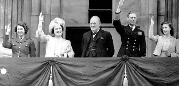 Черчилль и королевская семья в День Победы. 8 мая 1945 г.
