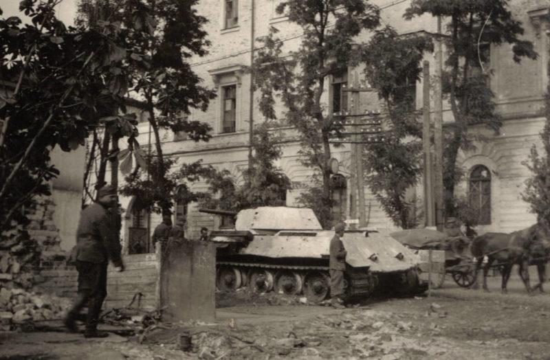 Поврежденный Т-34 у Кадетского корпуса. Сентябрь 1941 г.