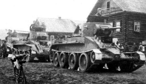 Советские танки БТ-5 в пригороде Гродно.