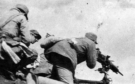 Китайцы в засаде обстреливают японские позиции.