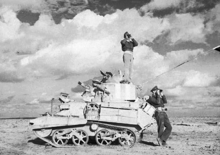 Экипаж британского легкого танка Mk VIB под Тобруком.