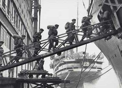 Канадские военнослужащие отправляются на войну в Европу.