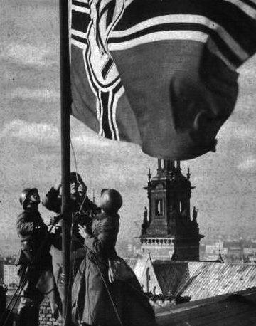 Солдаты Вермахта вывешивают немецкий флаг на Краковом. Сентябрь 1939 г.