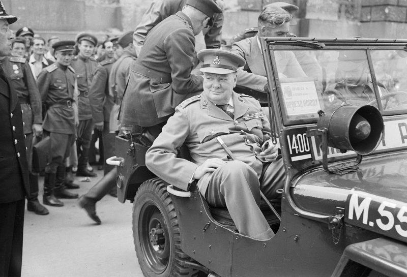 Уинстон Черчилль у Рейхстага во время поездки по разрушенному городу Берлину. 16 июля 1945 г.