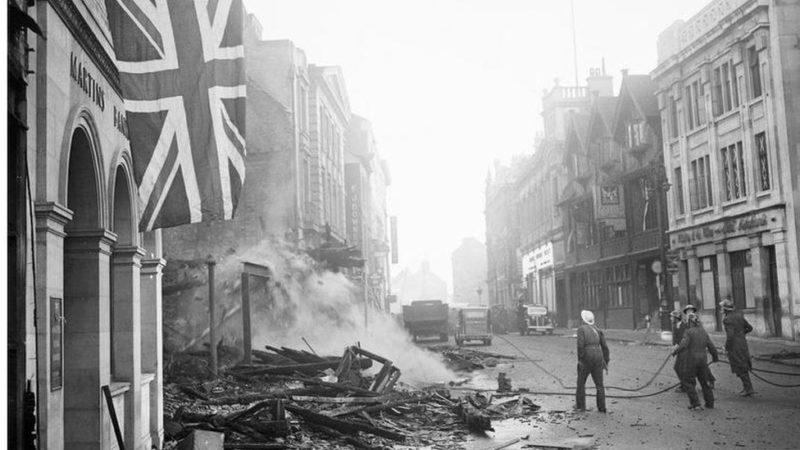 Пожарные Ковентри тушат пожары утром 15 ноября 1940 г.