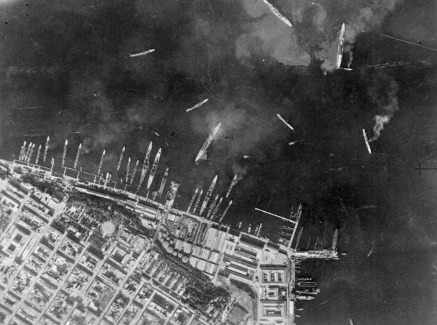 Вид военно-морской база в Таранто после авианалета.