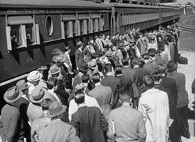 Новобранцы Корпуса морской пехоты США ждут отправки на вокзале Йемасси.