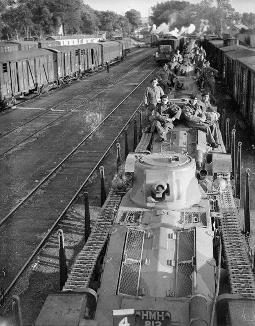 Танки Matilda Mk-I 4-го Королевского танкового полка перевозят из Шербура в Амьен. 28 сентября 1939 г.