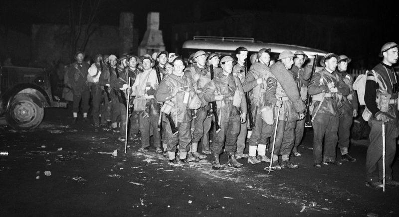 Британские солдаты у причала ожидают эвакуации с Норвегии.