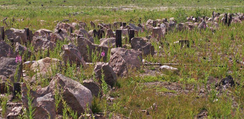 Противотанковые заграждения «зубы дракона» из камня и бетона.