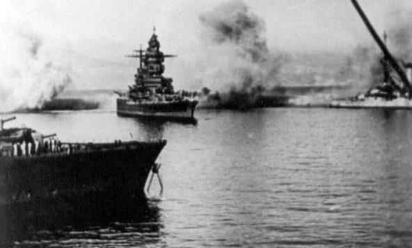 Линкор «Страсбург» под огнём английской артиллерии.
