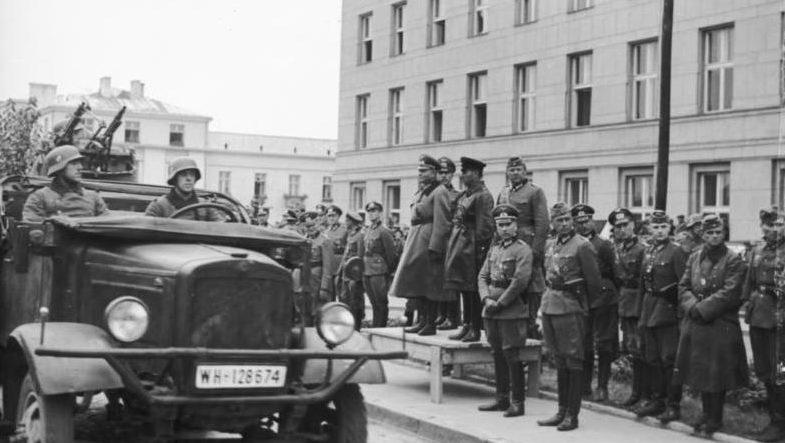 Немецкий генерал Хайнц Гудериан и советский комбриг Семён Кривошеин на трибуне во время прохождения немецких войск в Бресте.