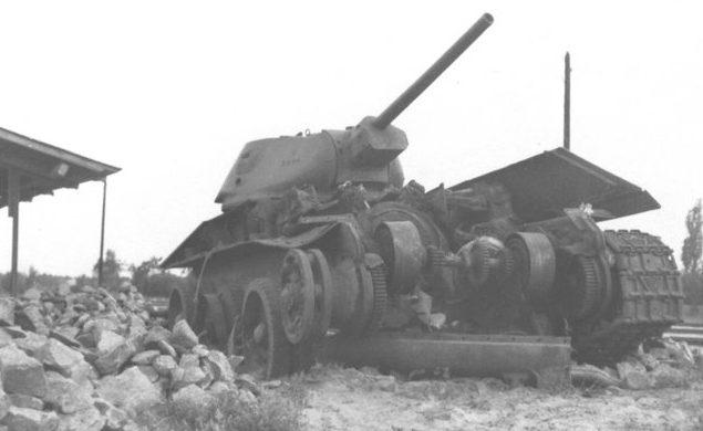 Танк Т-34, подбитый в районе Киевского вокзала. Сентябрь 1941 г.