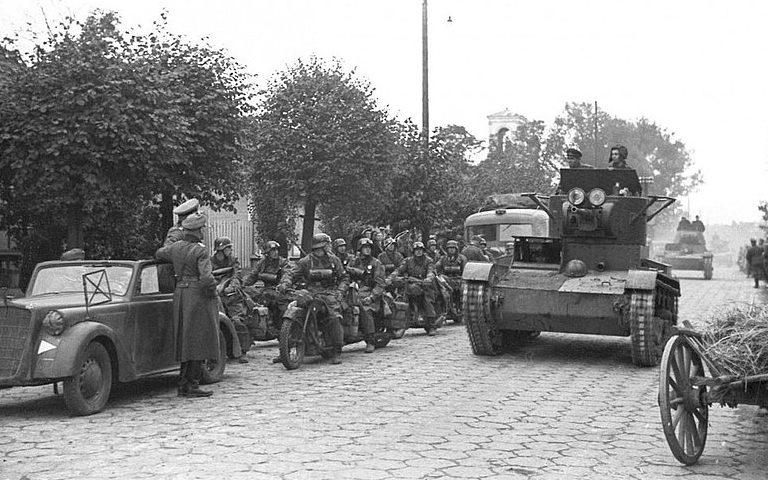 Советская танковая колонна входит в Бест.