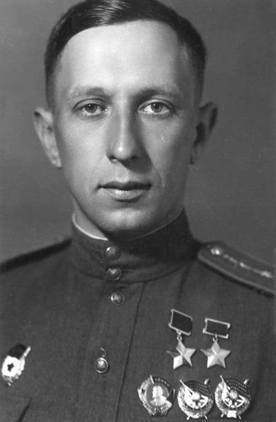 Дважды Герой Советского Союза капитан Осипов. 1944 г.