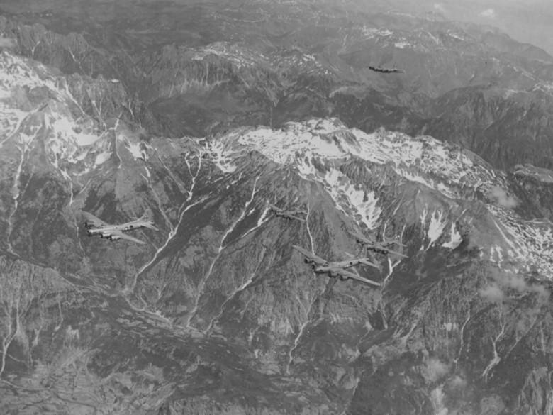 Бомбардировщики «B-17» летят над горами в Югославии в СССР. 2 июня 1944 г.