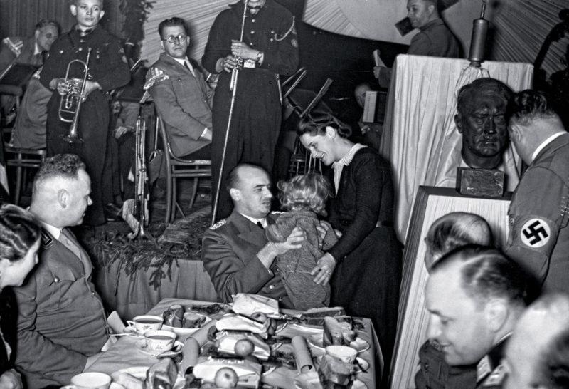 Губернатор Ганс Франк во время встречи сочельника. Декабрь 1939 г.