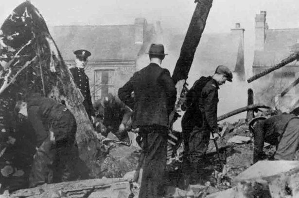 Спасатели и полицейские на развалинах города. Ноябрь 1940 г.