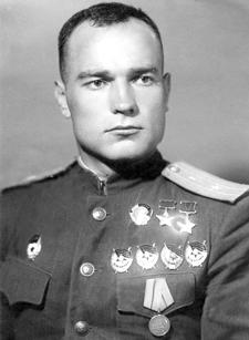 Дважды Герой Советского Союза майор Лавриненков. 1944 г.