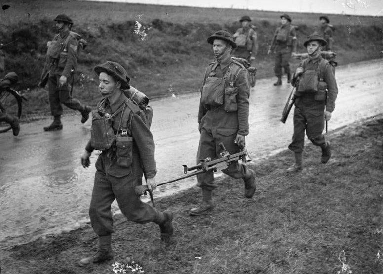 Солдаты королевских ирландских стрелков на марше в Гаврелле, близ Арраса. 17 октября 1939 г.