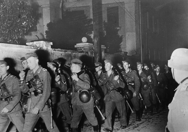 Колонна немецкой пехоты на марше в ночь с 22 на 23 июня 1941 г.