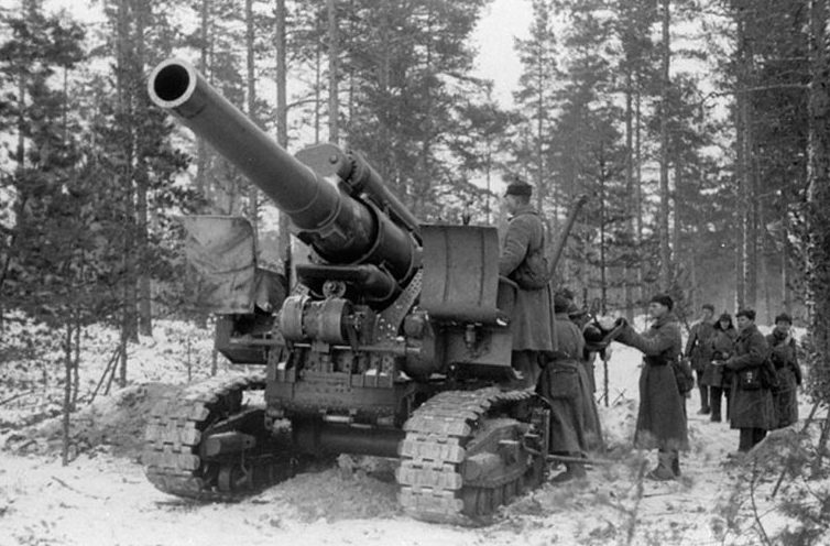 Красноармейцы ведут огонь по линии Маннергейма из 203-мм гаубицы Б-4.