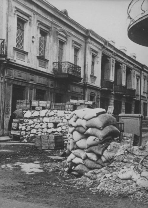 Баррикада на улице захваченной немцами Ялты. Ноябрь 1941 г.
