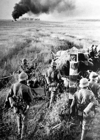 Немецкие войска пересекают границу СССР.