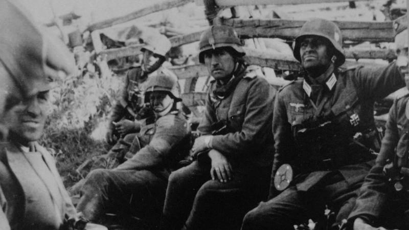 Немецкие солдаты и офицеры в ожидании начала атаки. 22 июня 1941 г.