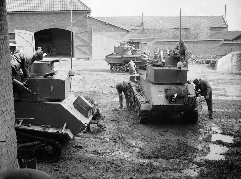 Экипажи легких танках Mk-VI на ферме недалеко от Арраса. Октябрь 1939 г.