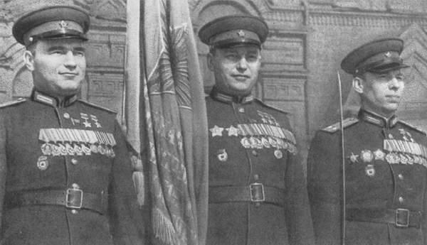Подполковник В.Д. Лавриненков, полковник А.И. Покрышкин и подполковник А.В. Алелюхин (слева направо) на военном параде. 1948 г.