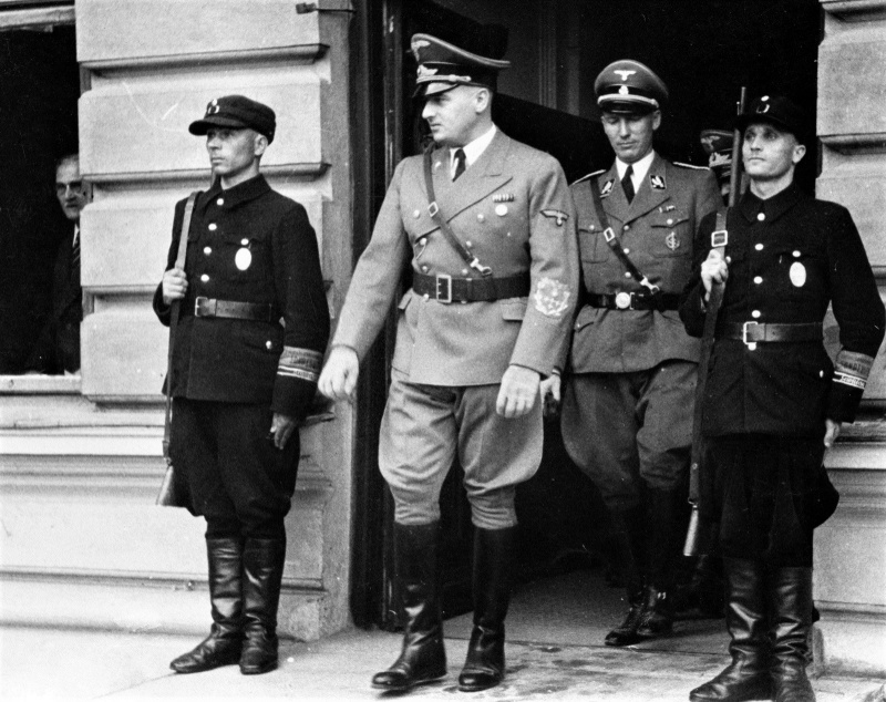 Генерал-губернатор Польши Ганс Франк и губернатор дистрикта Краков бригадефюрер CC Густав Вехтер. Апрель 1940 г.