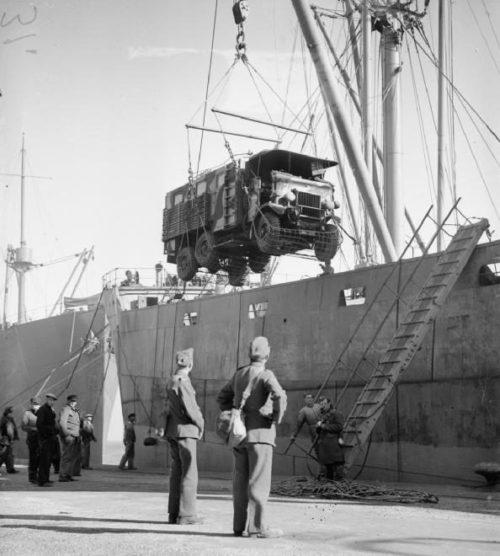 Выгрузка военной техники с транспортного корабля в Шербуре. Октябрь 1939 г.
