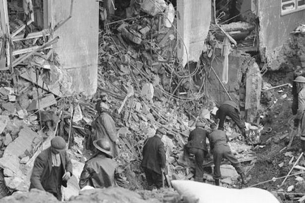 Спасатели разбирают завалы дома. Ноябрь 1940 г.