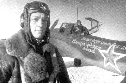 Павлов у самолета, подаренного земляками. 1944 г.
