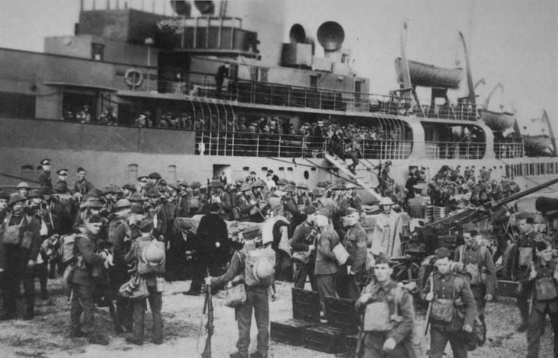 Солдаты Королевского Иннискиллингского фузилерного полка высаживаются в порту Шербура. Октябрь 1939 г.