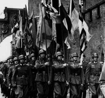 Солдаты Вермахта на улице Кракова. Май 1940 г.