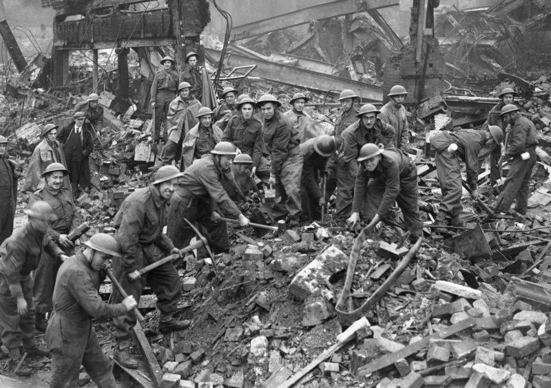 Солдаты помогают разбирать завалы. Ноябрь 1940 г.