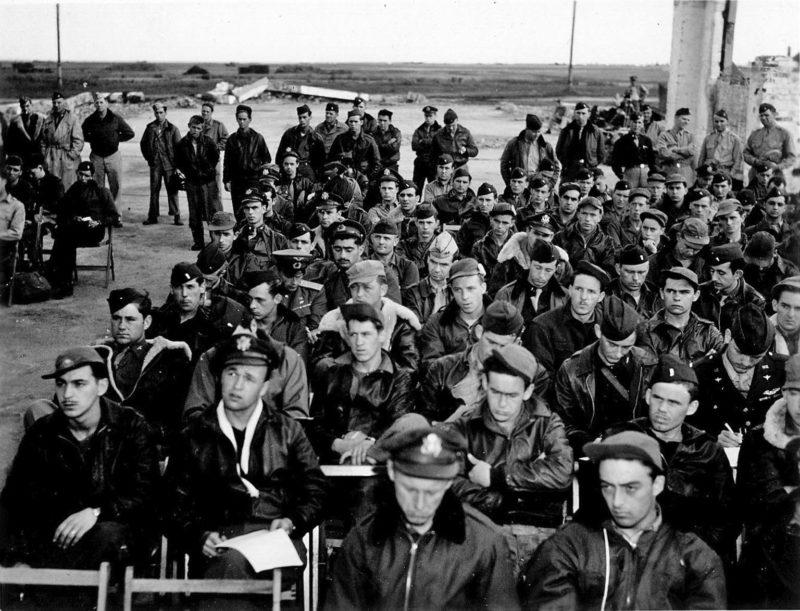 Инструктаж американских летчиков перед вылетом. Полтава, 1944 г.