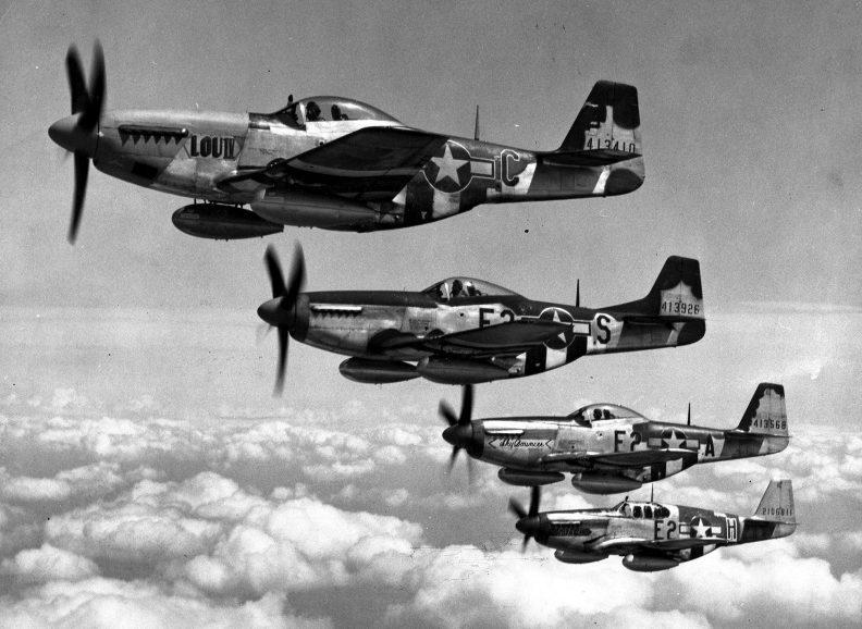 Истребителей «P-51» с дополнительными топливными баками.