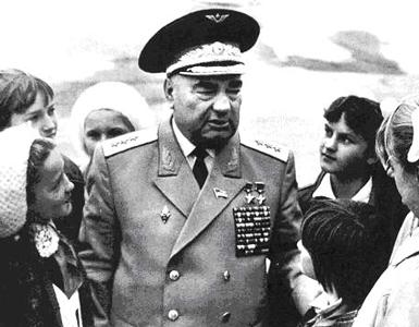 Генерал-полковник авиации Лавриненков среди молодежи. 1986 г.