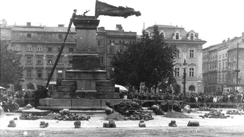 Снос памятника Адаму Мицкевичу на Рыночной площади. Август 1940 г.