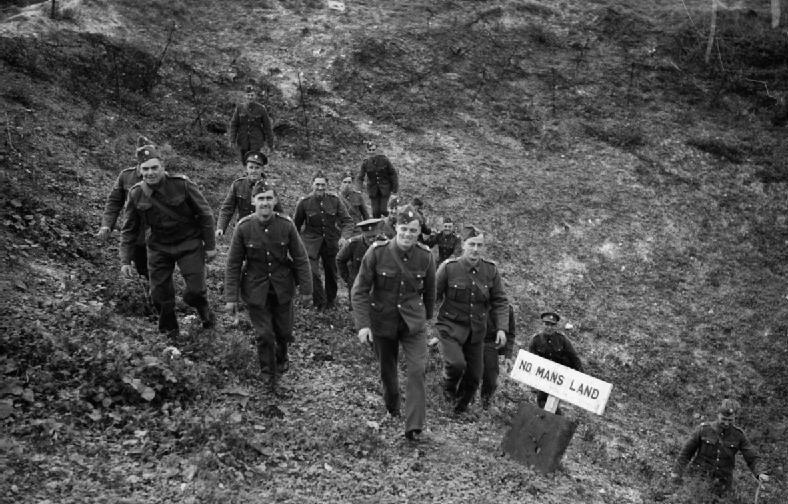 Британские солдаты посещают место бывшей «земли без человека» - поля битвы Первой мировой войны в Вими. Октябрь 1939 г.