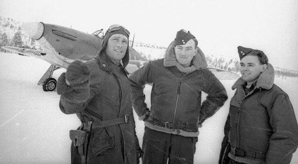 Советский ас Борис Сафонов (слева) с британскими летчиками Кеннетом Уодом (посередине) и Чарльтоном Хоу (справа).