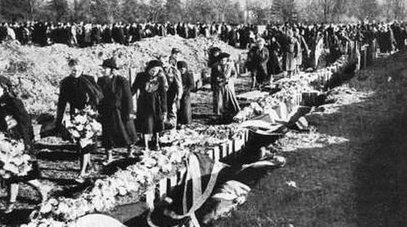 Похороны в братской могиле погибших горожан. Ноябрь 1940 г.