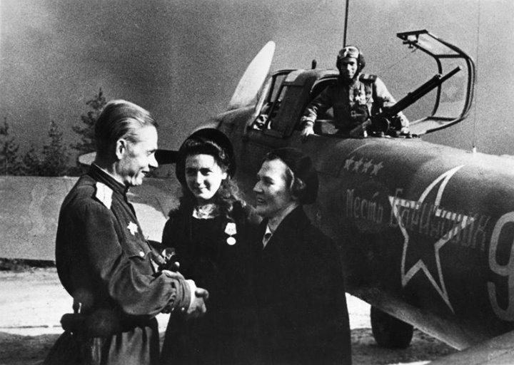 Паршин у именного самолета, купленного на средства ленинградок Бариновых. 1942 г.