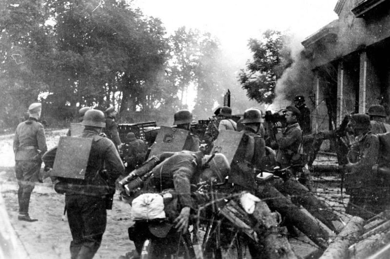 Солдаты Вермахта переходят границу у здания таможни в литовском городе Кибартай. 22 июня 1941 г.